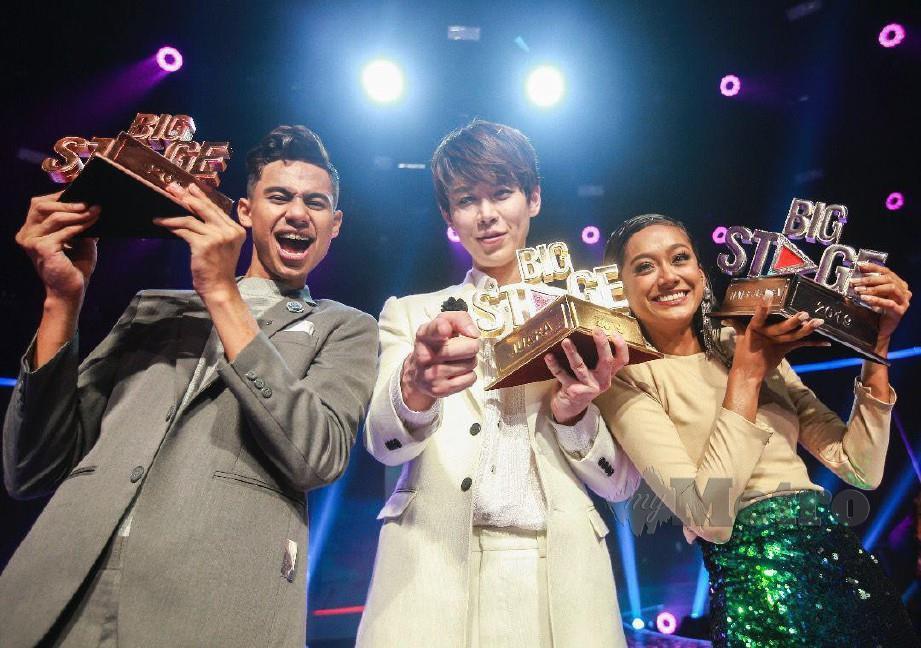Han Byul (tengah), naib juara, Adzrin (kiri) serta tempat ketiga, Neeta (kanan) bergambar bersama trofi yang dimenangi selepas persembahan peringkat akhir Big Stage 2019, di Auditorium MBSA, Shah Alam. FOTO/SAIRIEN NAFIS