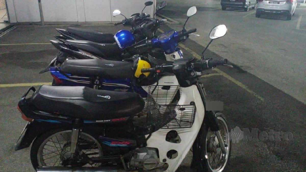 EMPAT motosikal curi yang dirampas dalam serbuan tangkapan terhadap dua penganggur di di sekitar Ampang dan Pandan Indah pada 26 Januari lalu. FOTO ihsan polis
