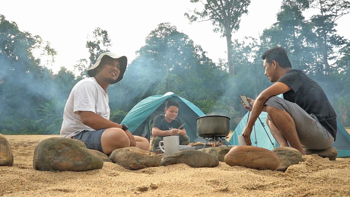 AKTIVITI berkhemah di tepi Sungai Tembeling.