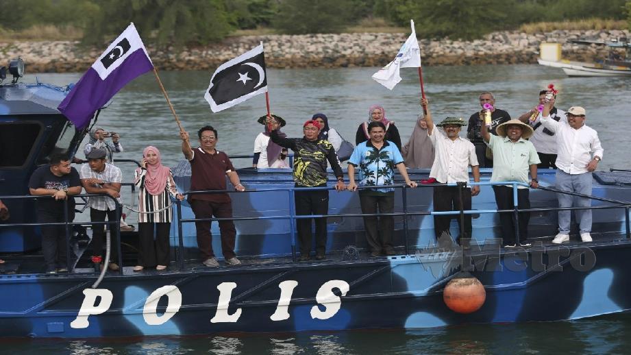 Ariffin (dua kanan) melakukan gimik pelepasan sempena Program Maghi Candat Sotong Terengganu 2020 di Jeti Pelancongan Marang. Foto Ghazali Kori