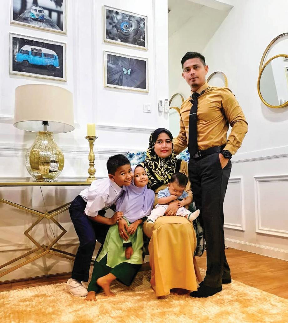 MOHD Saiful Bahrin bersama isteri dan tiga anaknya. FOTO Mohd Saiful Bahrin Mohd Rani