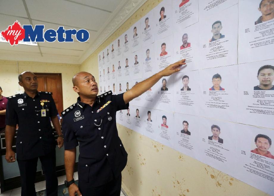 Fazlisyam menunjukkan 51 wajah suspek yang diburu kerana kesalahan pelbagai kes di IPK Terengganu, hari ini. FOTO Ghazali Kori