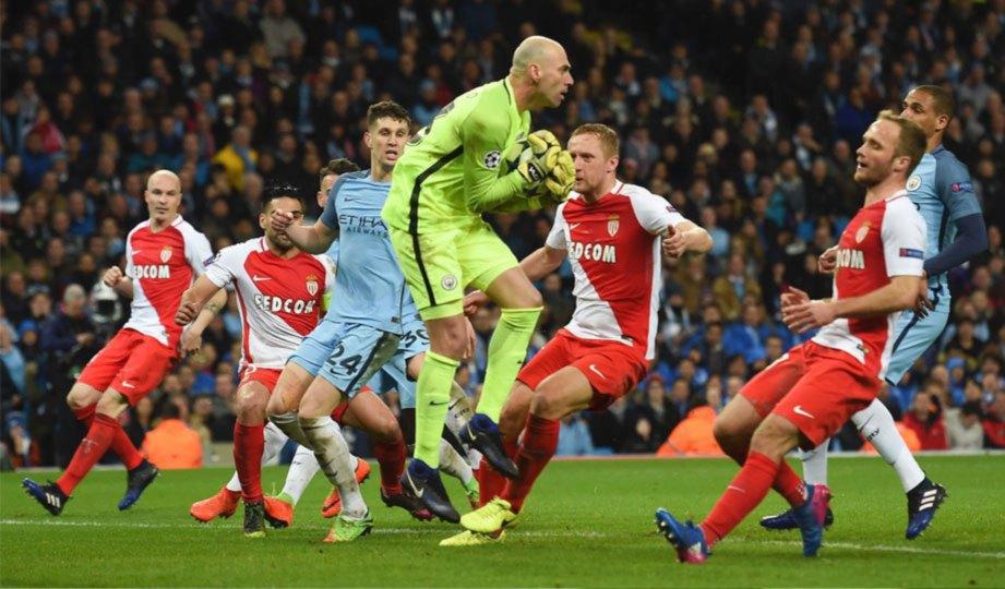 CABALLERO menangkap kemas bola rembatan pemain Monaco.