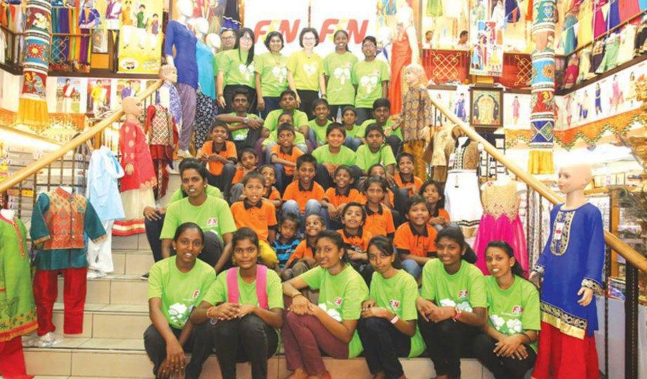 KANAK-KANAK dari Rumah Sri Sai diraikan dengan sesi membeli-belah untuk sambutan Deepavali di Ajuntha Textiles, Klang.
