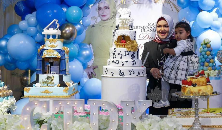 SITI Nurhaliza bersama anaknya, Siti Afiyah ketika sambutan hari lahirnya bersama Sitizone di Star Avenue, Subang. FOTO Aziah Azmee