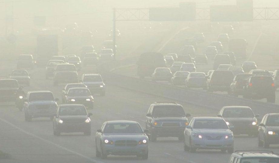 PELEPASAN asap kenderaan punca pencemaran udara.