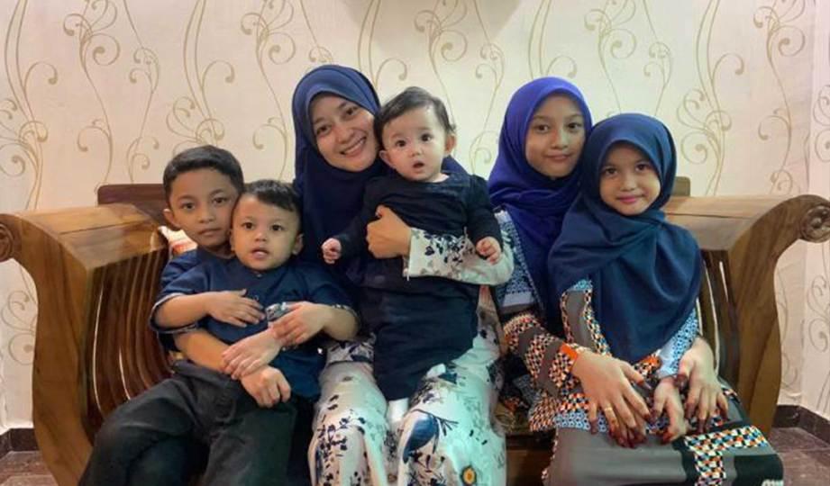 NUR Hidayu bersama lima anaknya.