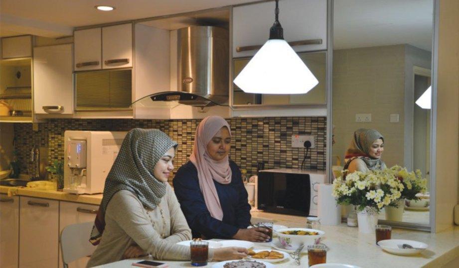 MEMILIH konsep 'pulau' untuk meja makan bagi memastikan penggunaan ruang yang efisien.
