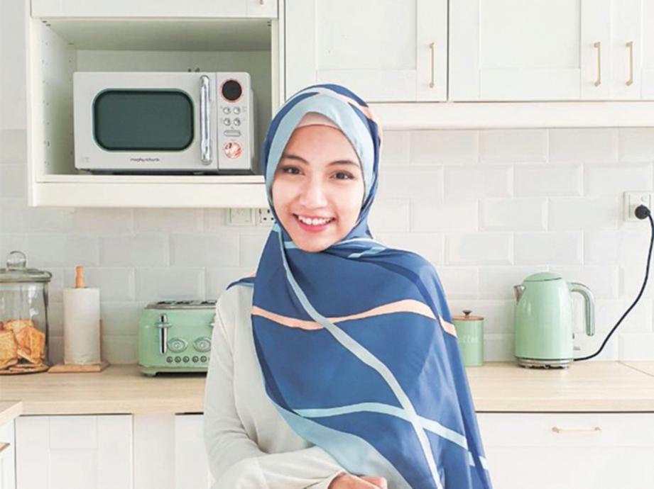 RUANG kegemaran Nurfarahin ialah dapur membabitkan penggunaan tekstur kayu 'raw' dan warna putih.