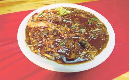 SAJIAN kuetiau yang enak dari King's Char Kuey Teow.