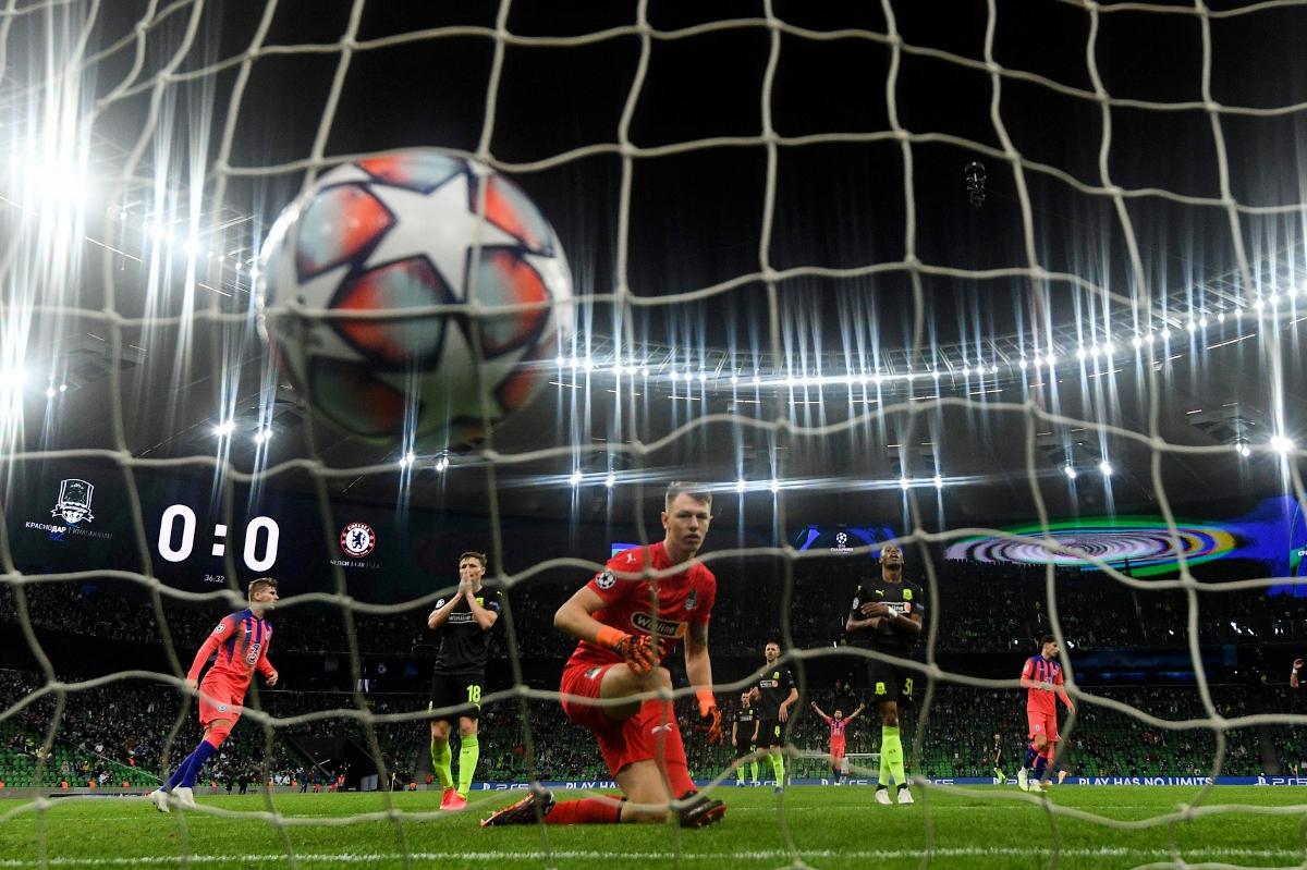 PENJAGA gol  Krasnodar,  Safonov gagal menghalang jaringan Hudson-Odoi. FOTO AFP