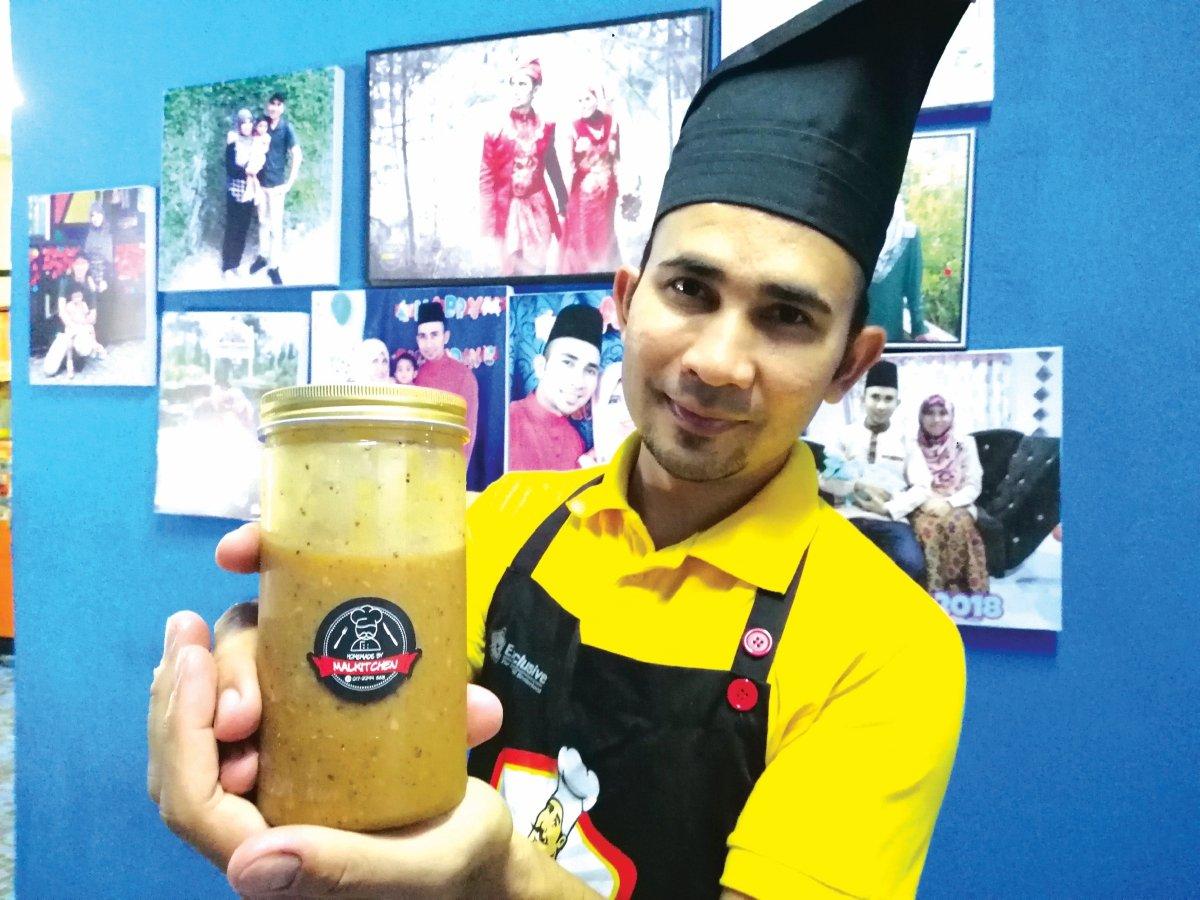 MOHD Kamal menunjukkan sos lada hitam buatannya.