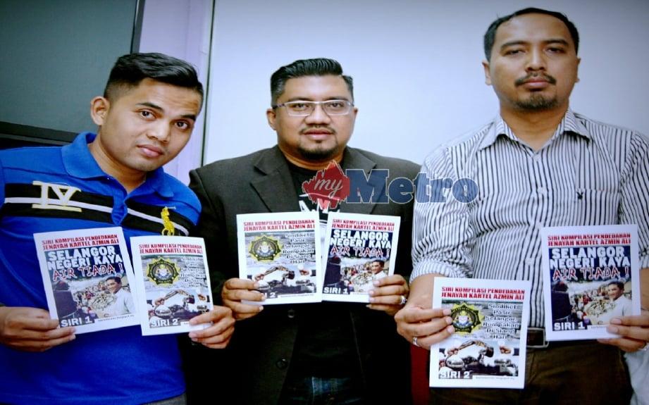 Chegubard (tengah) menunjukkan risalah pada sidang media di Jalan Brunei Selatan, Jalan Pudu. FOTO Mohd Khairul Helmy Mohd Din