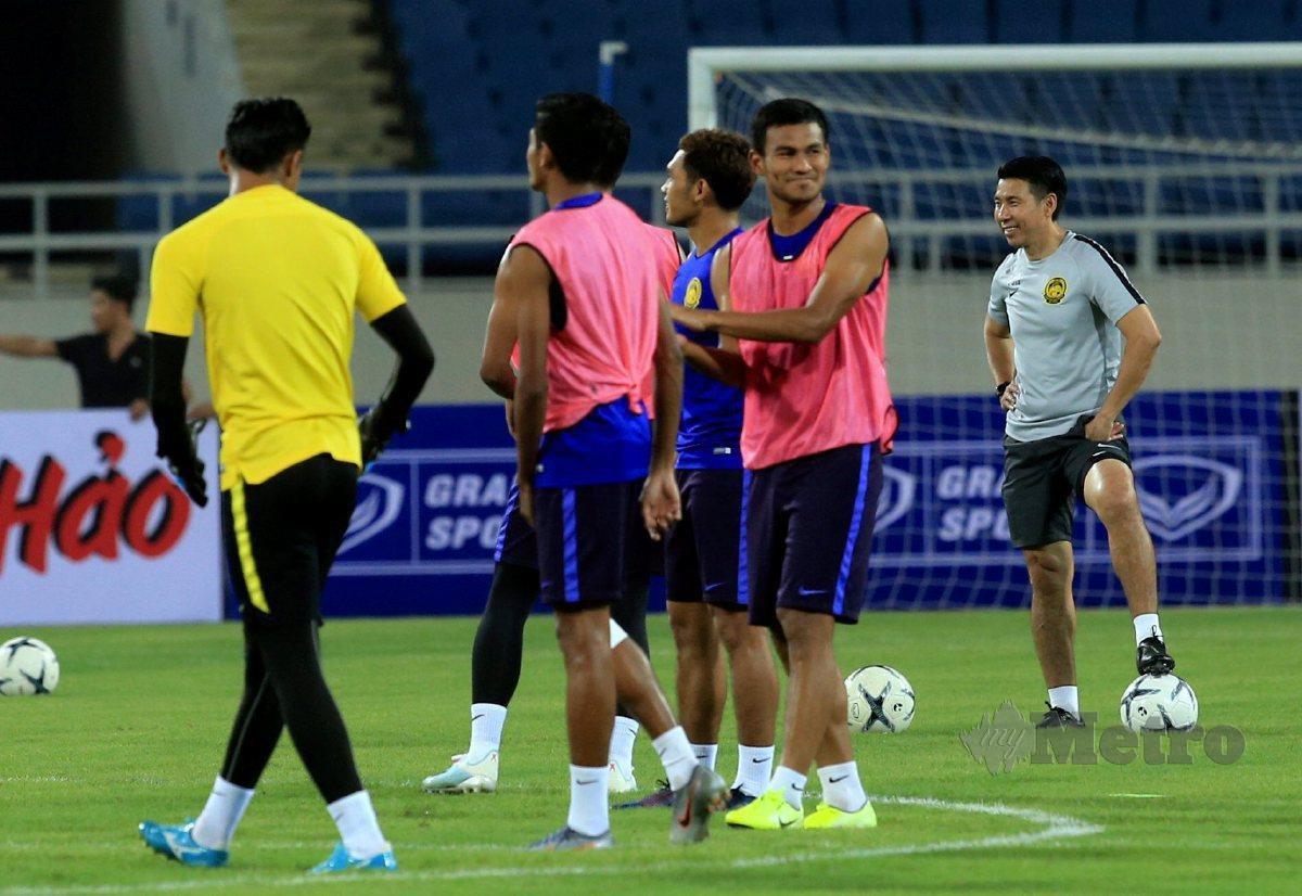 Tan Cheng Hoe (kanan) memantau latihan pemain bagi kelayakan Piala Dunia. FOTO File NSTP