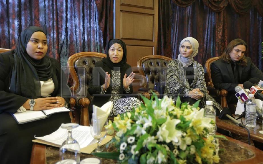 PELAKON, Rozita Che Wan (dua kanan) dan Suami, Zain Saidin (kanan) hadir bersama Peguam, Wan Sarimah Wan Husain (dua kiri) dan Ainur Rabiatuadawiyah Hassim bercakap pada sidang media memohon permohonan maaf secara  terbuka daripada bekas pemandunya di Royal Chulan Damansara. FOTO Nurul Syazana RoseRazman