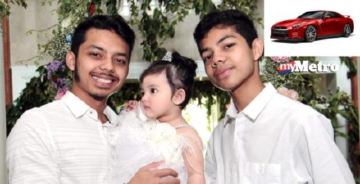 Anak Che Ta (kiri) Ammar Effendy dan Aniq Ezzra bersama adik bongsu perempuan Aaisyah Dhia Rana. Contoh kereta Nissan GT-R akan dihadiah kepada Aniq (kanan). Foto fail NSTP