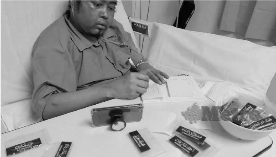 MOHD Izzudin gigih menyiapkan tempahan tag nama tulisan khat ketika dirawat di hospital.