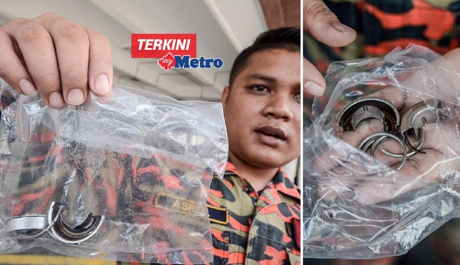 Komander Operasi Bomba Jalan Perak, Pulau Pinang, Mohd Asrul Naim Abidin menunjukkan cincin yang dipotong dari kemaluan seorang lelaki berusia 20-an. - Foto SHAHNAZ FAZLIE SAHRIZAL