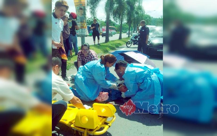 Anggota perubatan HQE 2 memberi rawatan awal kepada mangsa di lokasi kejadian. FOTO Ihsan PDRM