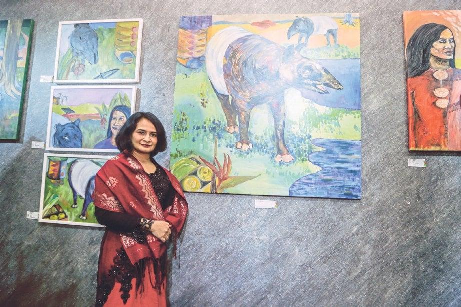 ARBAAYAH bersama lukisan siri tapir yang dipamerkan.