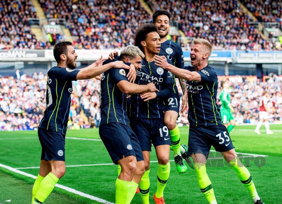 PENYERANG Manchester City, Sergio Aguero (dua kiri) meledak gol tunggal ketika menang 1-0 ke atas Burnley, hujung minggu lalu. — FOTO EPA