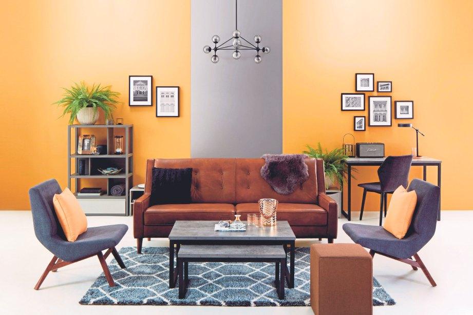 PADANAN warna gelap pada sofa dengan latar dinding terang dalam gaya Metropolitan.