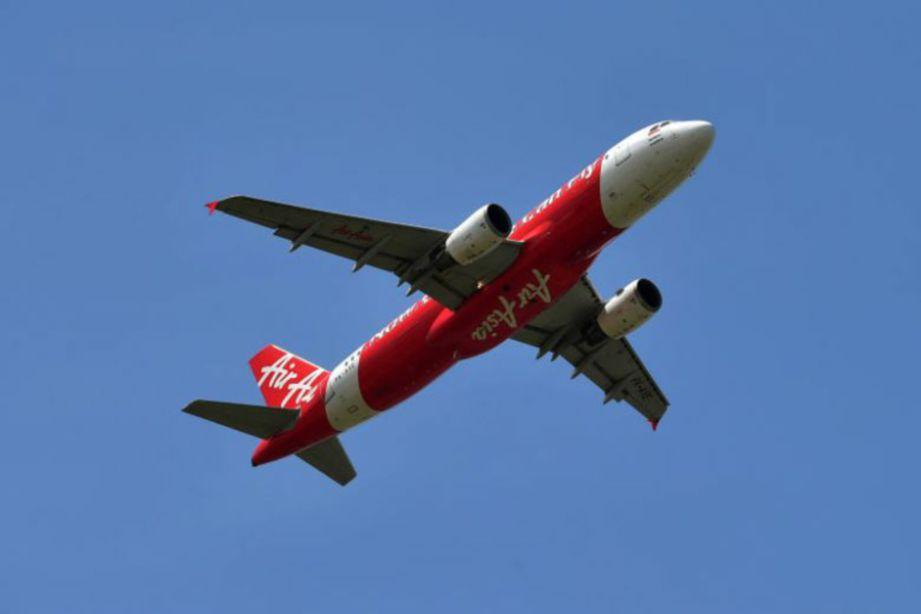 JURUTERBANG AirAsia India digantung kerja selama tiga bulan kerana menghantar amaran rampasan kapal terbang secara tidak sengaja.