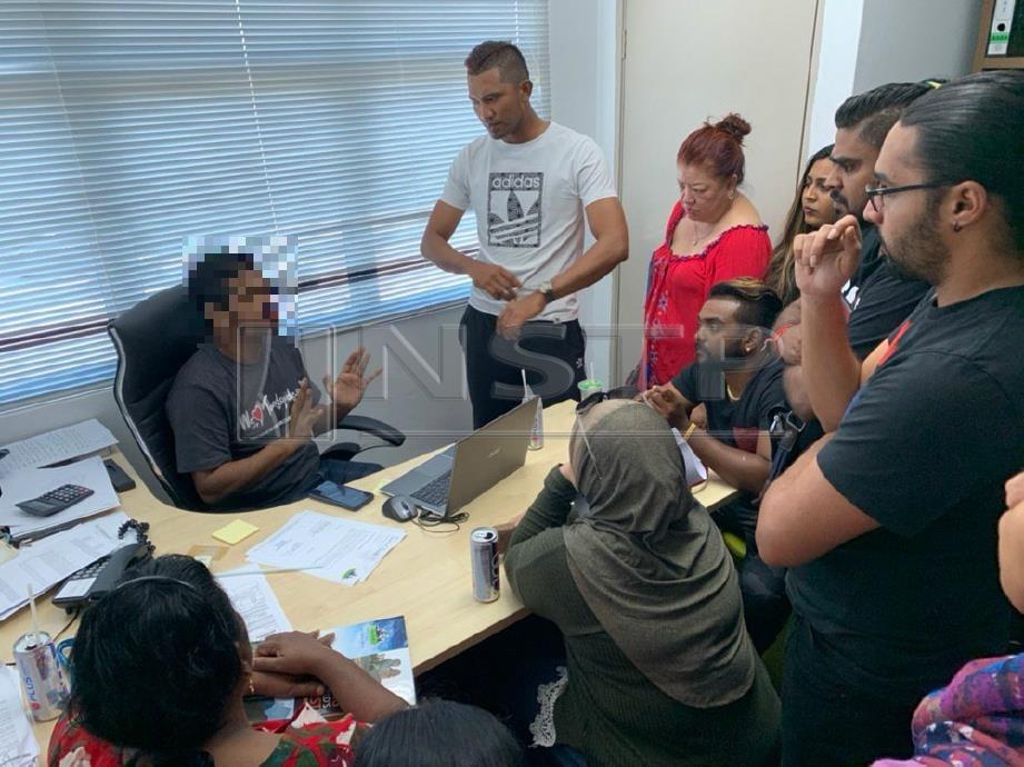 Orang ramai mengerumuni kakitangan sebuah agensi pelancongan di Kajang selepas membatalkan pakej pelancongan mereka di saat-saat akhir. FOTO NSTP