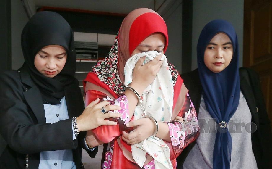 TERTUDUH ketika dibawa keluar dari Mahkamah Sesyen Kota Bharu, hari ini selepas mengaku tidak bersalah terhadap semua pertuduhan dihadapinya. FOTO Zaman Huri Isa.