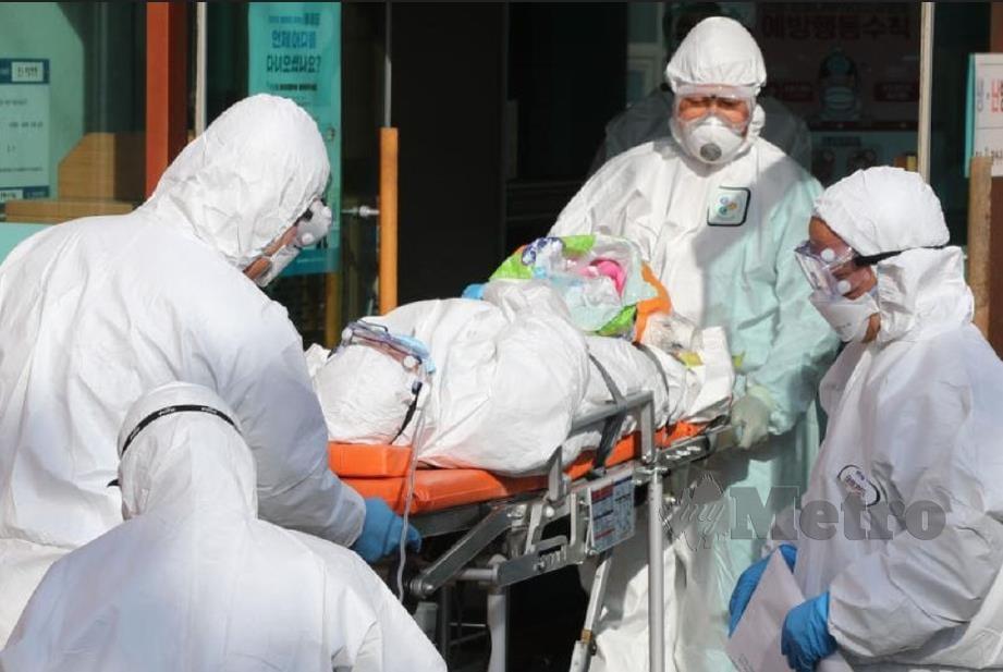 PESAKIT Covid-19 dibawa ke hospital untuk rawatan. FOTO arkib NSTP