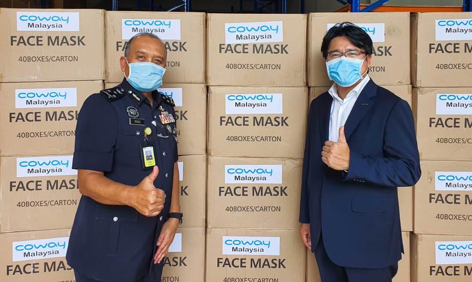 COWAY Malaysia sumbangkan 100,000 topeng mulut dan hidung kepada polis.
