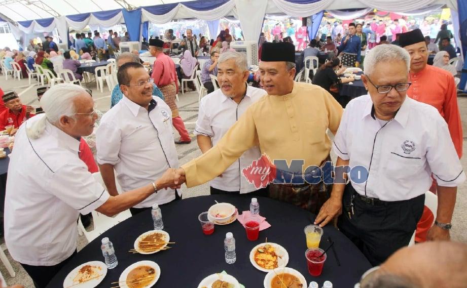 ROSLI (dua dari kanan) beramah mesra dengan tetamu pada Majlis Rumah Terbuka Aidilfitri IPK Pahang di Kuantan, hari ini. FOTO Muhd Asyraf Sawal.