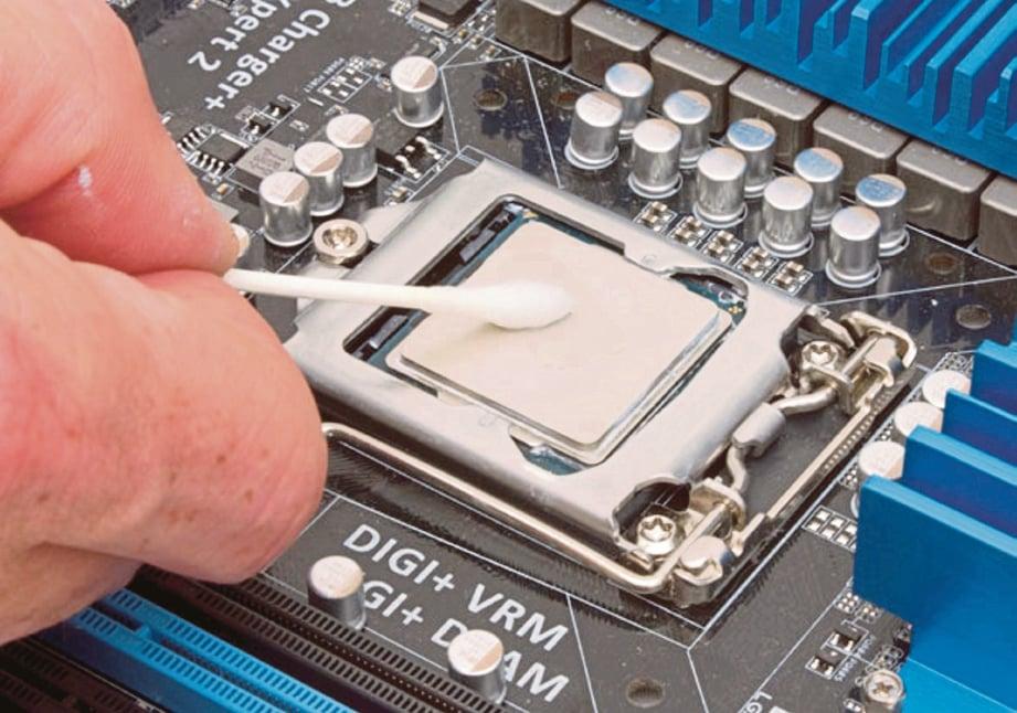 CUCI permukaan pemproses menggunakan kapas alkohol sehingga kesan pes lama hilang.