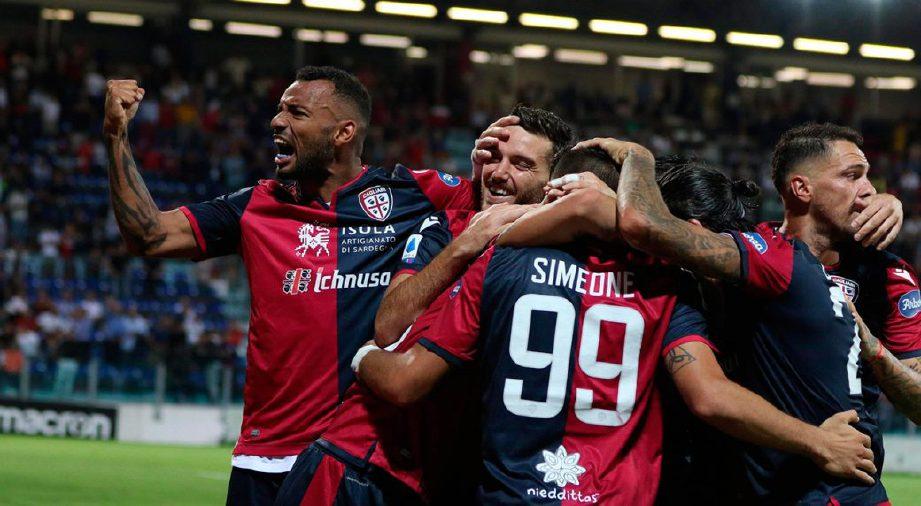GIOVANNI Simeone (tengah) meraikan gol bersama rakan sepasukan di Arena Sardegna. — FOTO AFP
