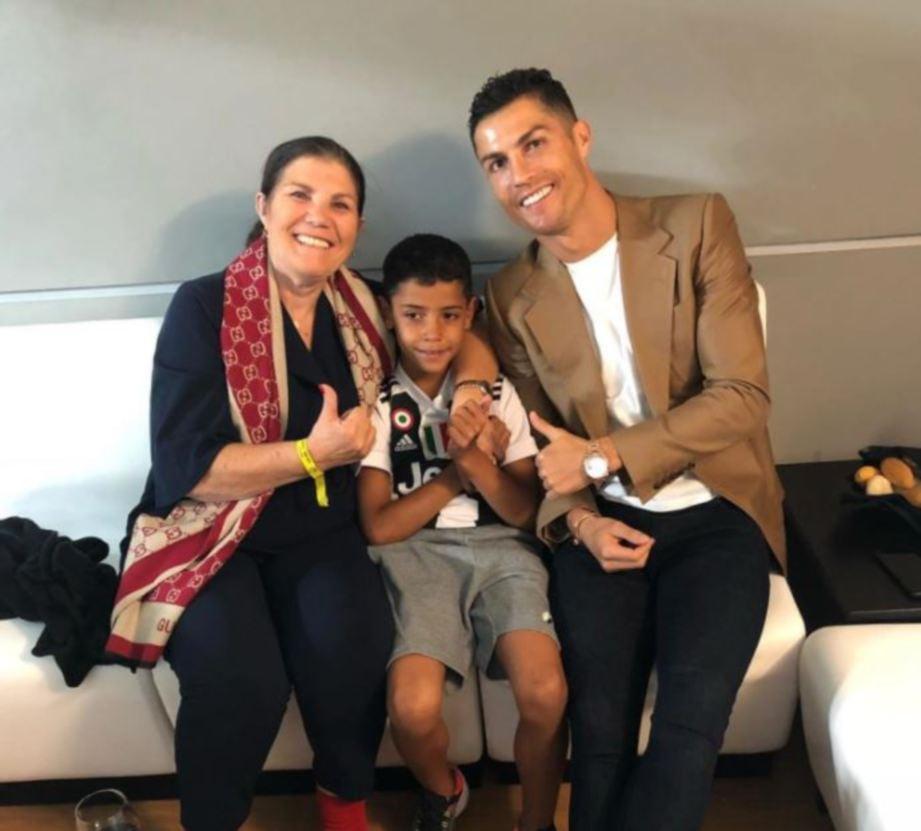 Ronaldo bersama ibunya, Dolores (kiri). FOTO Agensi