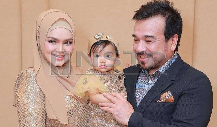 BAHAGIA bersama suami dan anak. FOTO Rohanis Shukri