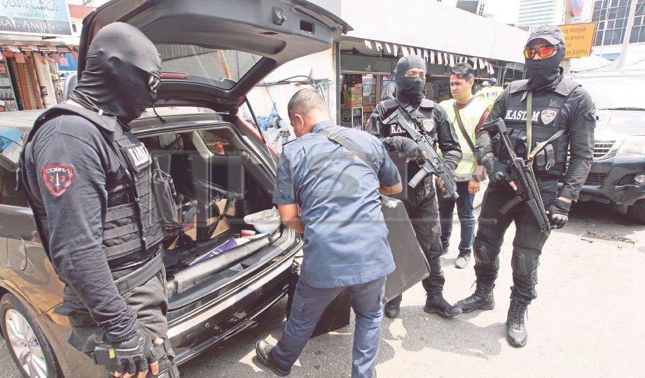 PASUKAN COBRA yang lengkap bertopeng, berpakaian taktikal dan bersenjatakan sub mesingun MP5 serta CZ Scorpion. FOTO Zulfadhli Zulkifli
