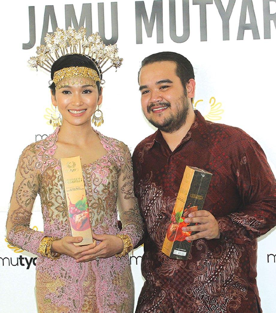TYA bersama suami Asyraf Khalid ketika majlis pelancaran jamu baru-baru ini.