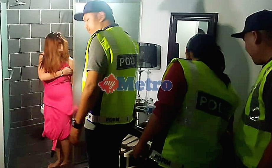 POLIS menahan wanita warga Filipina selepas disyaki menjalankan kegiatan pelacuran di hotel di Sadong, Kota Kinabalu, malam tadi. FOTO Junaidi Ladjana.