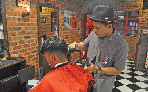... rambut Edd The Barber mendapat perhatian remaja kerana menampilkan  tukang gunting yang muda dan berpengalaman. MOHD AZIZ HAIME atau Cheeszy 87aeb0a575