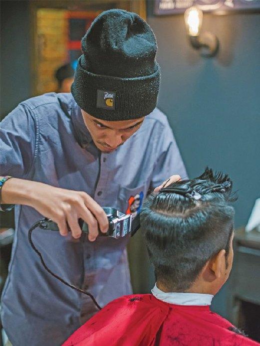 KEDAI gunting rambut Edd The Barber mendapat perhatian remaja kerana menampilkan tukang gunting yang muda dan berpengalaman.