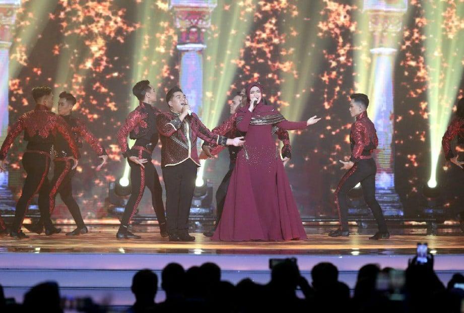 PERSEMBAHAN daripada Bob Yusuf dan Datuk Seri Siti Nurhaliza pada Anugerah Juara Lagu 34 yang diadakan di Axiata Arena. FOTO EIZAIRI SHAMSUDIN