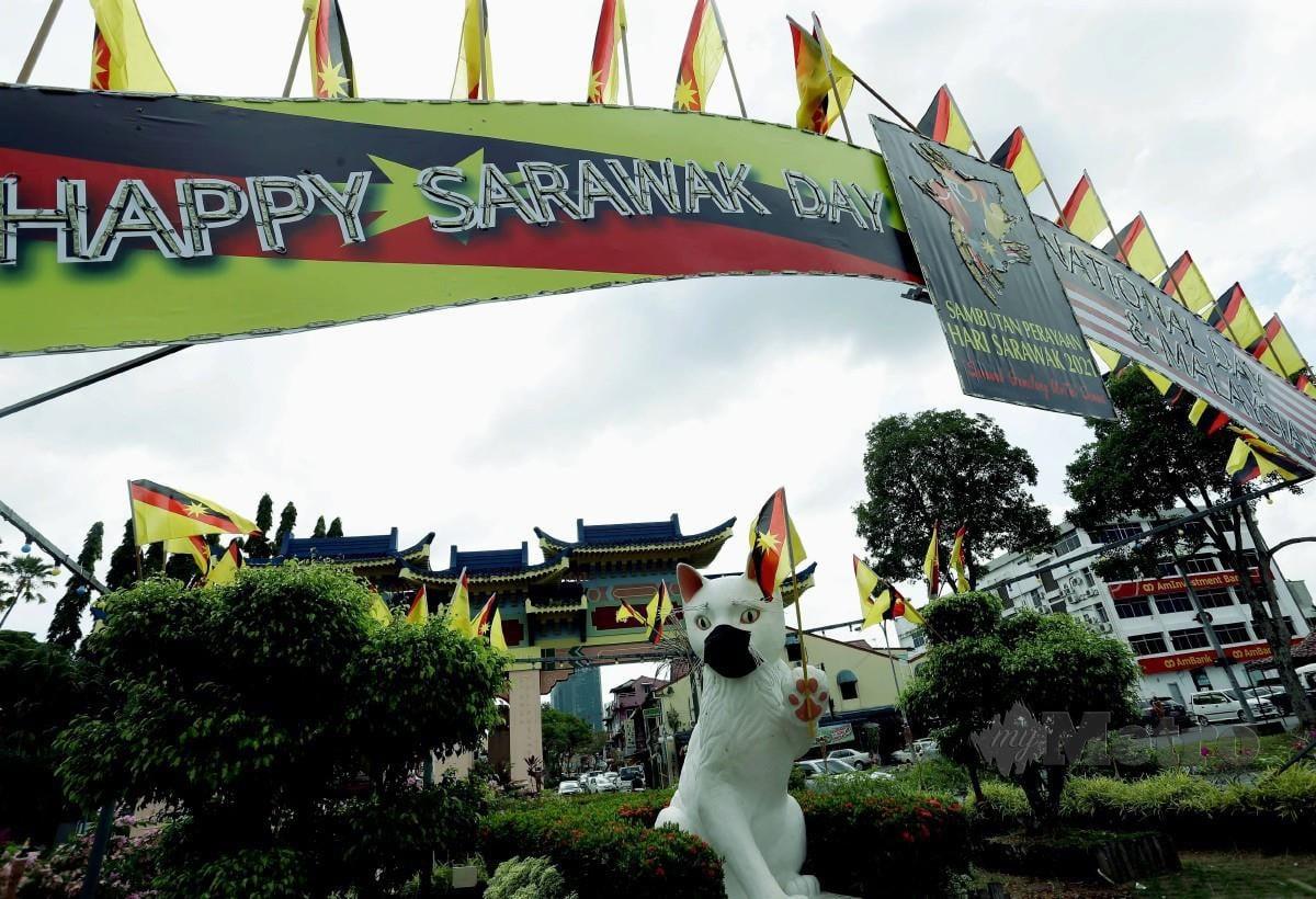 Ikon bandar raya Kuching dihiasi dengan bendera Sarawak dan pintu gerbang sempena Hari Sarawak 2021. FOTO Nadim Bokhari.