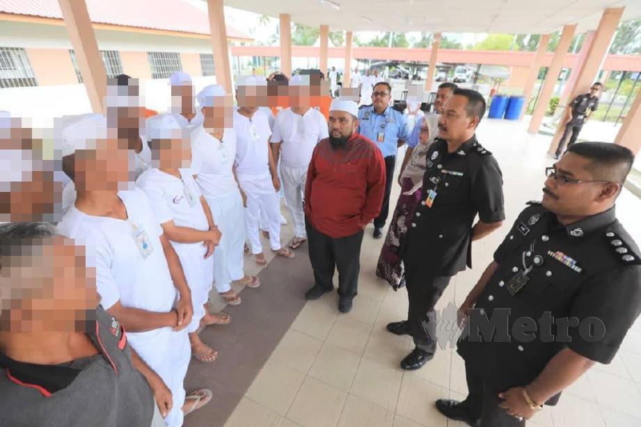 Mohd Huzaimi Hanafi (dua dari kanan) dan Ustaz Haslin Baharim bertemu Orang Diselia (ODS) pada Program Ceramah Motivasi Sebening Kasih Keinsafan Pusat Reintegrasi Penghuni (PRP) Kem Batu 10. FOTO MOHD RAFI MAMAT
