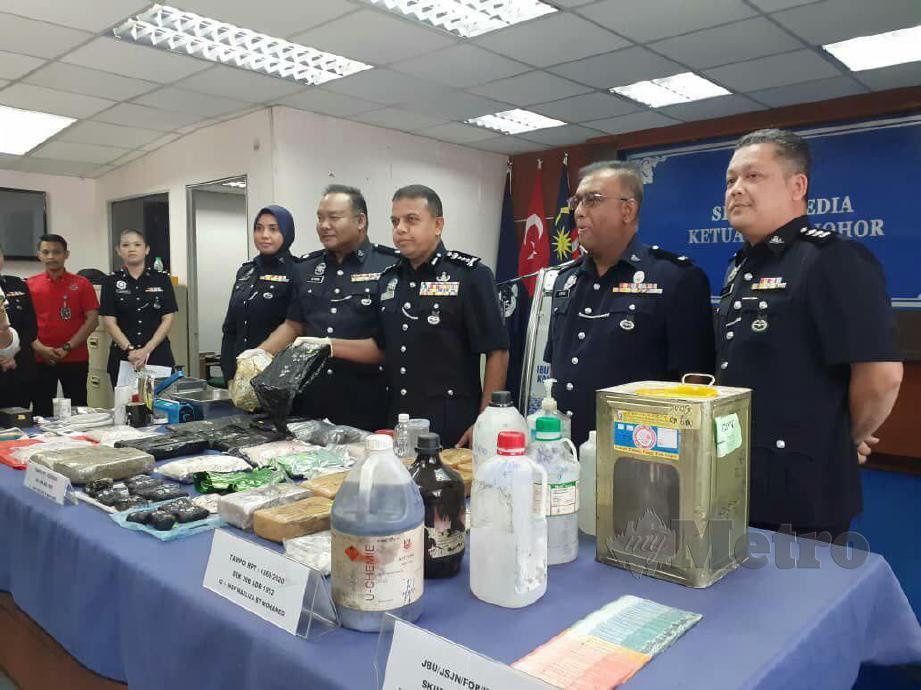 AYOB Khan menunjukkan antara dadah yang dirampas dalam serbuan sindiket pembungkusan dan pengedaran dadah antarabangsa yang beroperasi di sebuah apartmen di Tampoi. FOTO MOHAMED FARID NOH