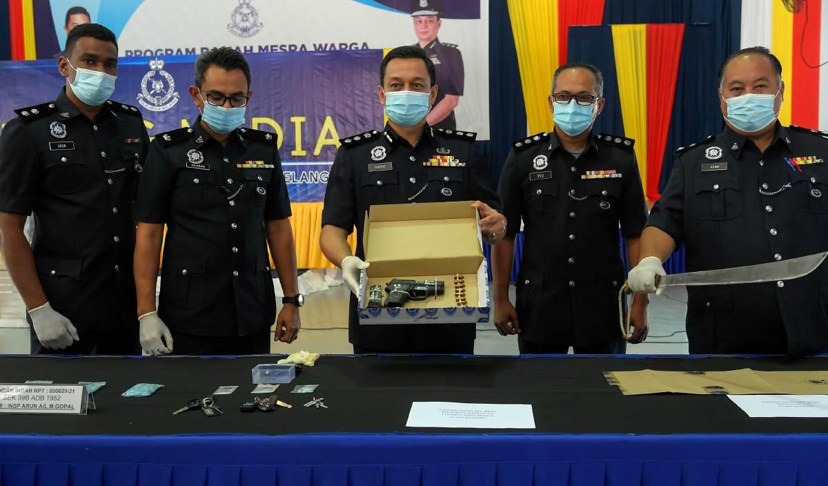 MOHAMAD Farouk Esha (tengah) menunjukkan barang rampasan ketika sidang media melibatkan kes curi kenderaan dan pengedaran dadah di Ibu Pejabat Polis Daerah Ampang Jaya. FOTO BERNAMA