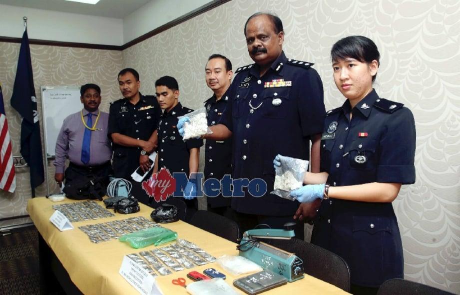 RAVI Chandran (dua dari kanan) bersama pegawainya menunjukkan dadah yang dirampas dalam tiga serbuan di sekitar Ipoh dan Taiping pada sidang media di IPK Perak, hari ini. FOTO L Manimaran.