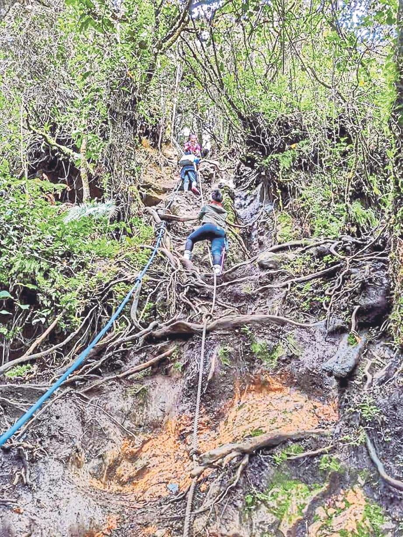MEMANJAT cerun tinggi dengan bantuan juntaian akar pokok.