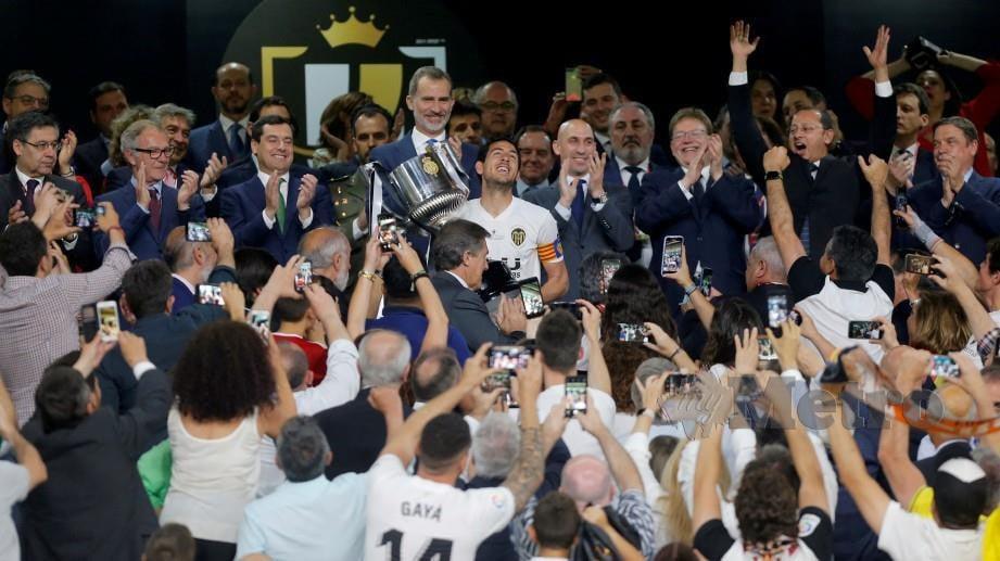 KAPTEN Valencia, Dani Parejo (tengah) menjulang trofi Piala Raja Sepanyol awal pagi tadi. — FOTO Reuters