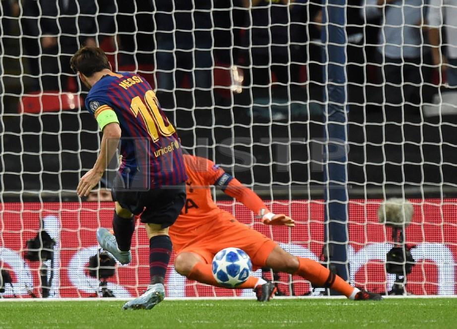 MESSI jaring gol keempat Barca menewaskan Hugo Lloris. -Foto EPA